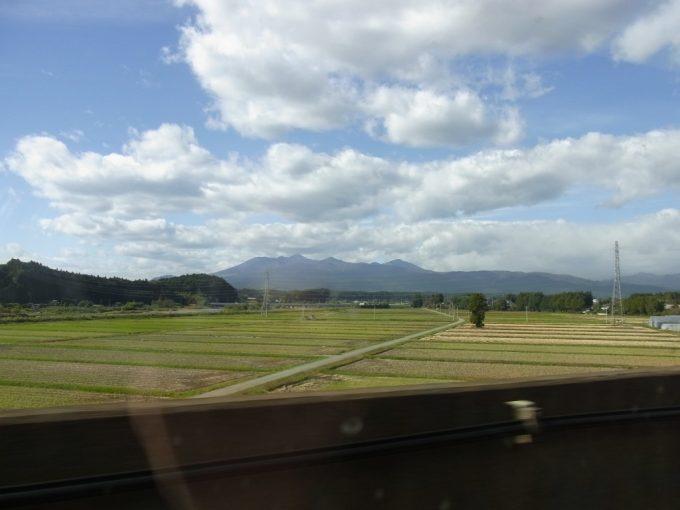 秋色が流れる東北新幹線車窓