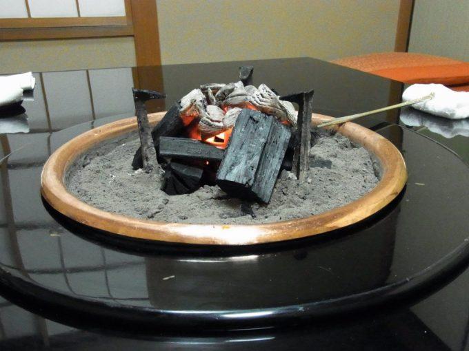 松阪肉元祖和田金テーブルにくべられる炭火