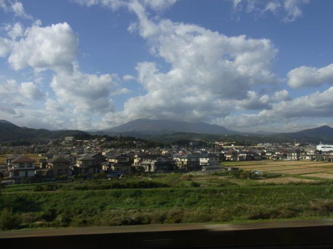 秋空と山並み東北新幹線車窓