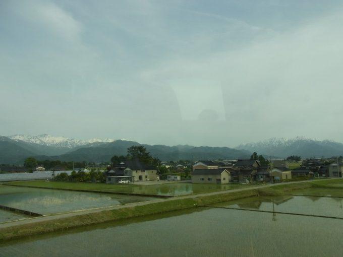 高速バス車窓に広がる立山連峰