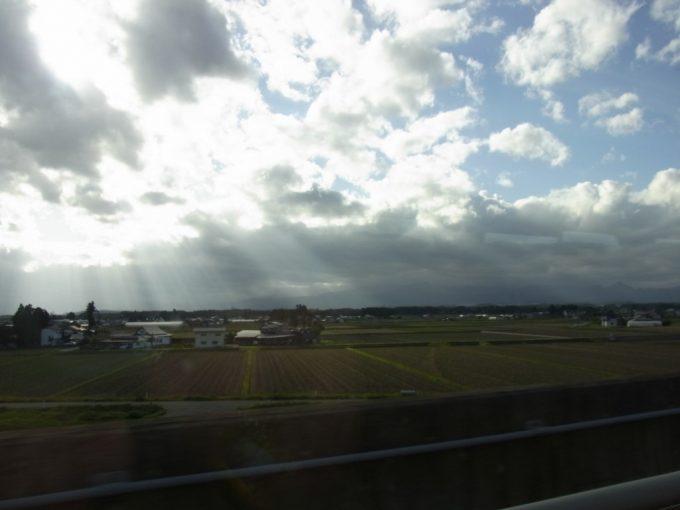 東北新幹線稲刈り後の田んぼ秋の車窓