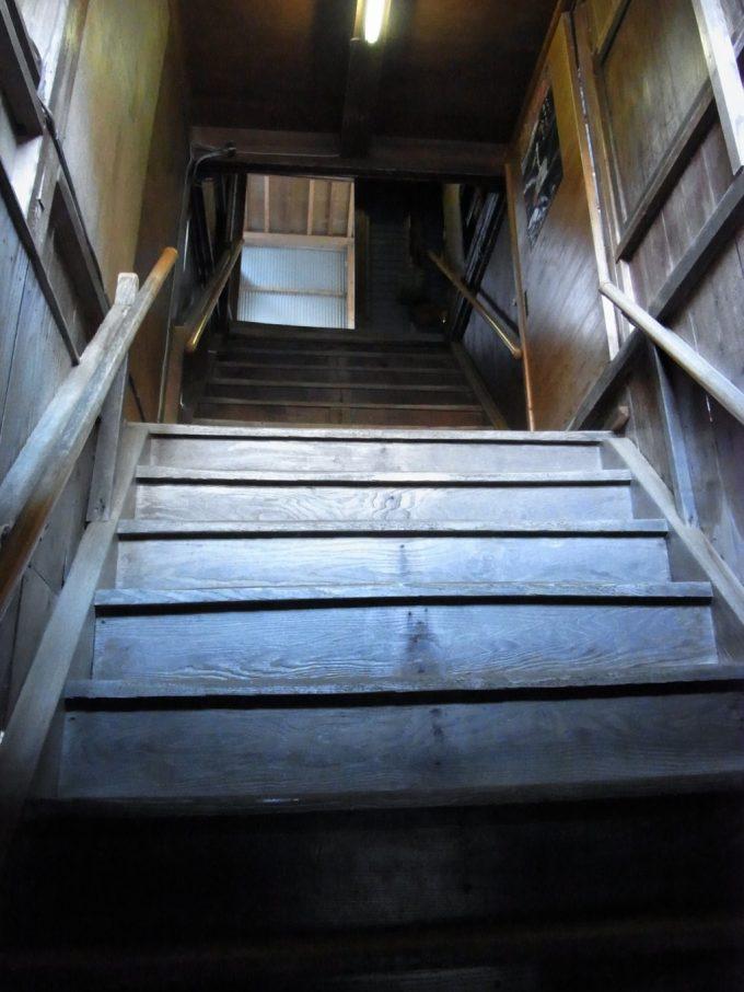 湯上がりにきつい明賀屋本館の長い階段