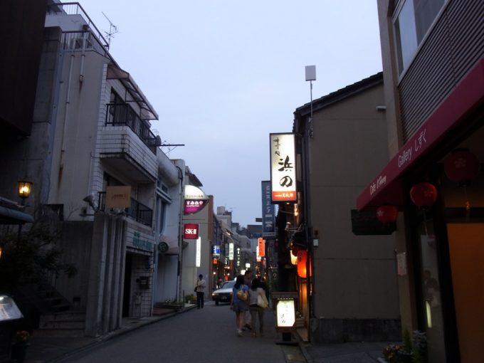 暮れ始めの金沢の繁華街片町へ