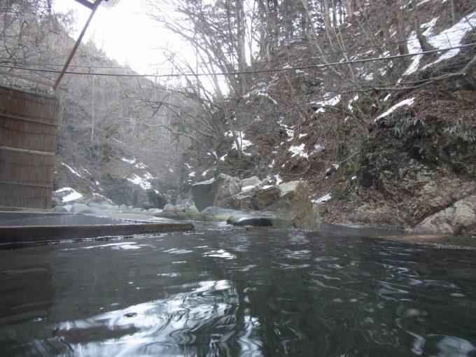 塩原温泉明賀屋本館混浴露天風呂で臨む雪景色