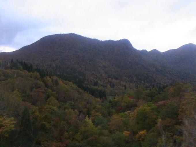 夏油温泉行きバス秋色の山並みが広がる車窓