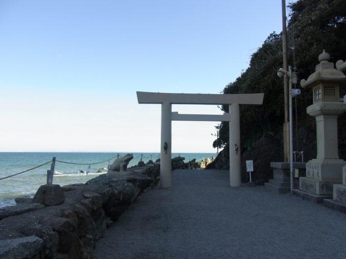 冬晴れの二見輿玉神社鳥居