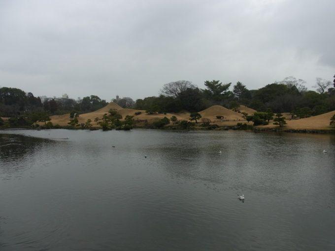 熊本水前寺公園池越しに眺める東海道五十三次