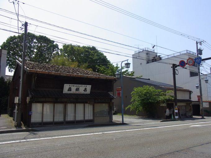 初夏の金沢国道沿いの渋い家