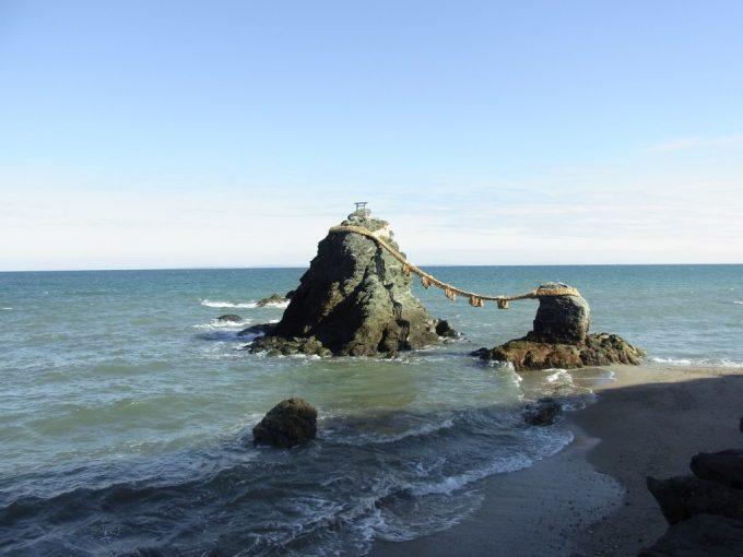 冬晴れの二見浦シンボル夫婦岩