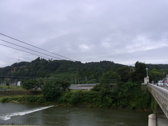 広瀬川橋上より青葉城を振り返る
