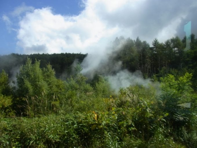 アスピーテライン沿いに蒸気の上がる八幡平火山