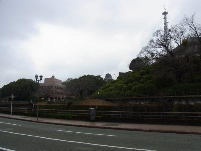 黒と白のコントラストが印象的な熊本城