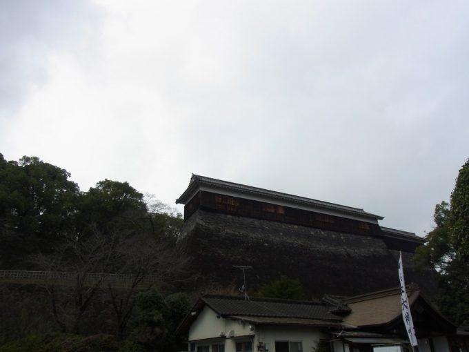 お堀端から見上げる熊本城巨大な石垣と櫓