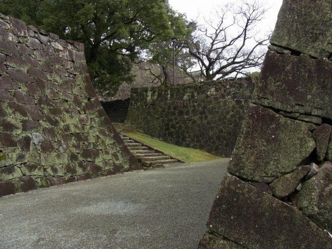 幾重にも折り重なる熊本城石垣