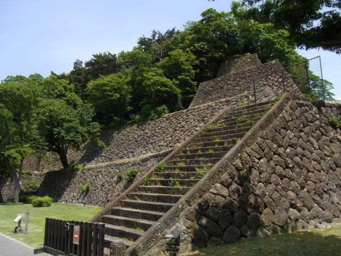 金沢城の重厚な石垣
