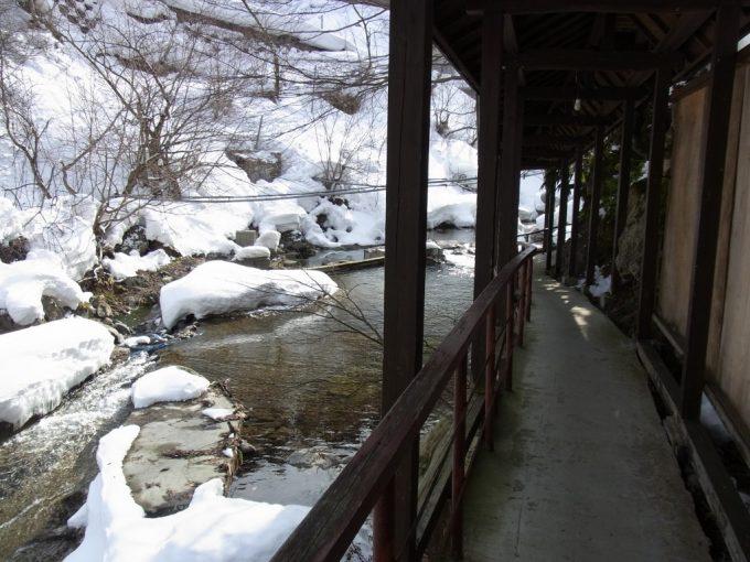 二岐温泉柏屋旅館渓流沿いの道を進み自噴巖風呂へ