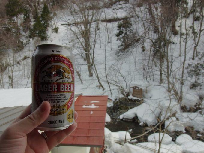 二岐温泉柏屋旅館雪景色をつまみに湯上がりのビール