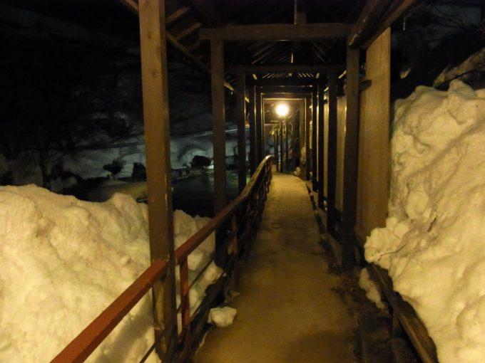 二岐温泉柏屋旅館夜の渡り廊下と雪景色