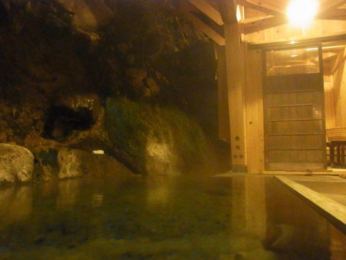 二岐温泉柏屋旅館湯けむりに包まれる夜の自噴巖風呂