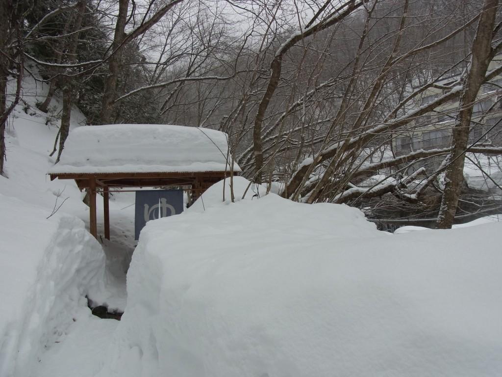 雪に埋もれた二岐温泉柏屋旅館露天風呂への道