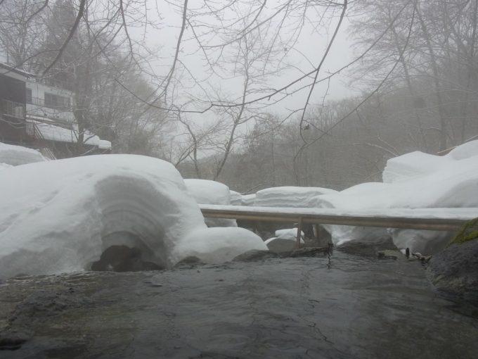 晩冬の二岐温泉柏屋旅館湯けむりの露天から眺める雪景色