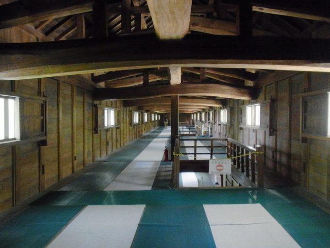 金沢城三十間長屋曲がった太い梁が印象的な内部