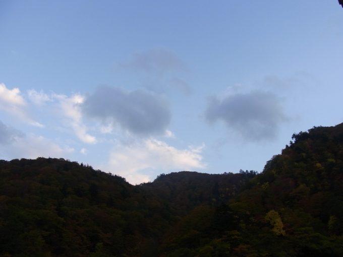 秘湯夏油温泉元湯秋空に燃える色づく木々