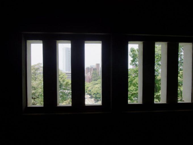 三十間長屋格子窓から覗く金沢の街