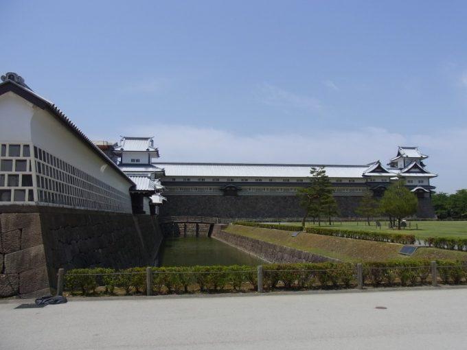 白壁となまこ壁独特な建築美の金沢城