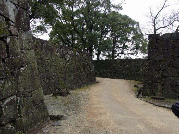 石垣を縫って城外へ