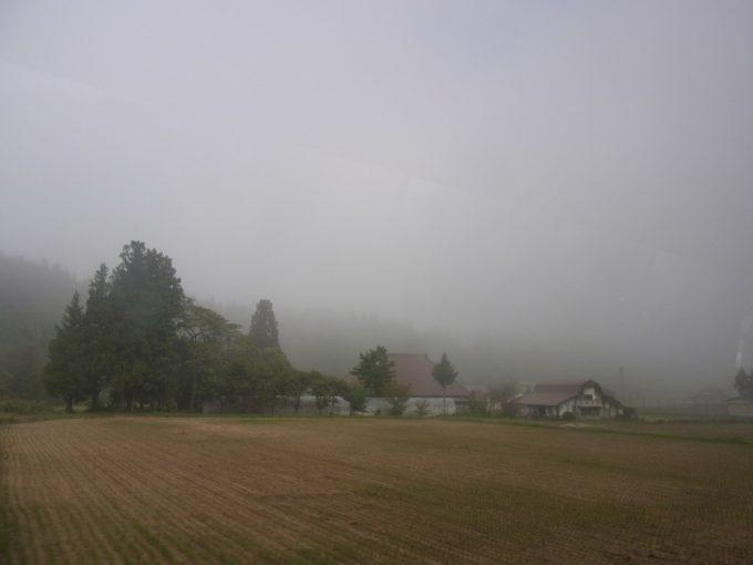 朝霧に包まれ幻想的な北上の田園