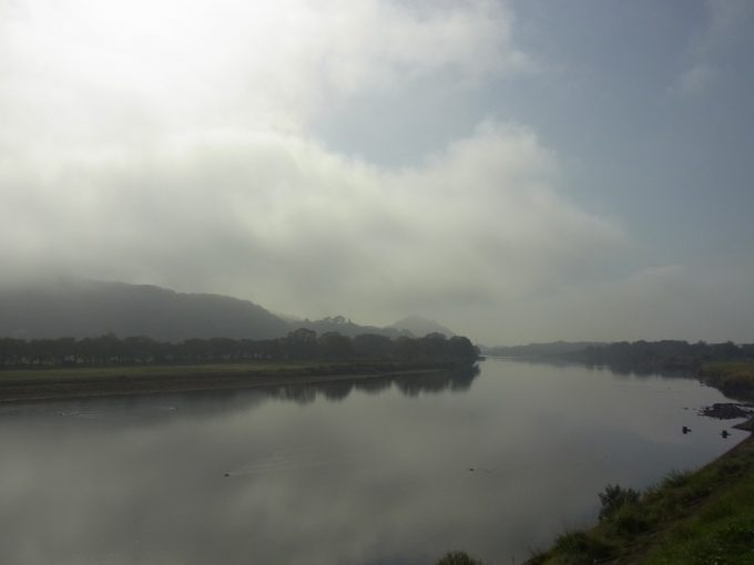 朝もやのかかる北上川