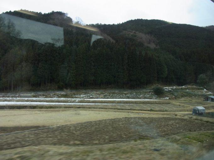 近鉄特急うっすらと積もる雪冬の車窓