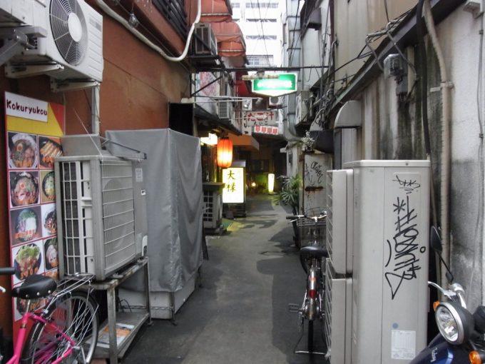 路地の奥までお店がある熊本の街