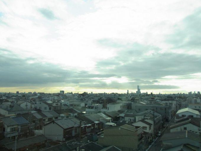 近鉄特急より日本一の高層ビルあべのハルカスを望む