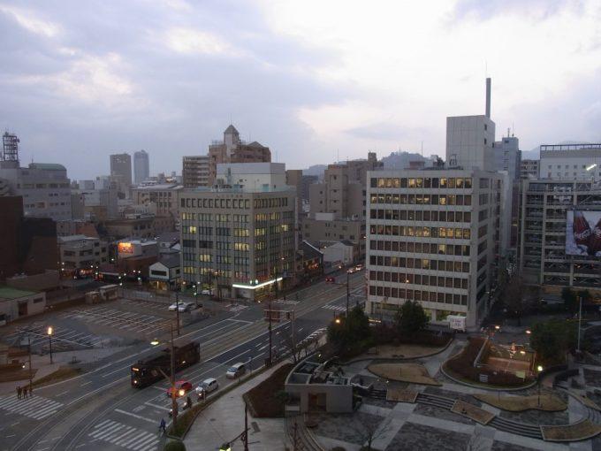 夕方の熊本の街とレトロ市電