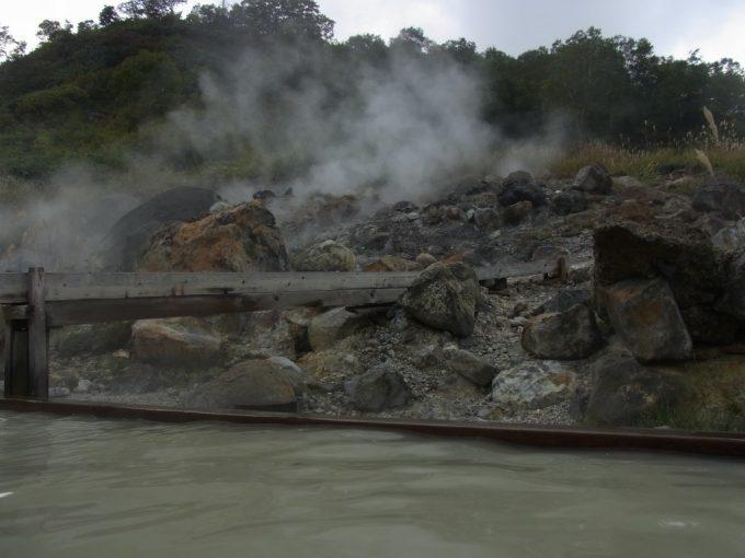 秋田八幡平秘湯ふけの湯生まれたての源泉が掛け流される露天風呂