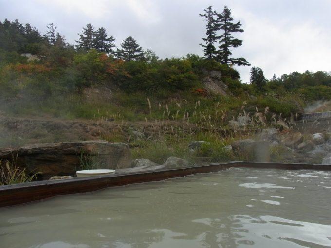 秋田八幡平秘湯ふけの湯露天風呂に浸かりながら眺める秋景色