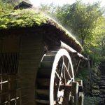 北上みちのく民俗村苔むす茅葺水車小屋