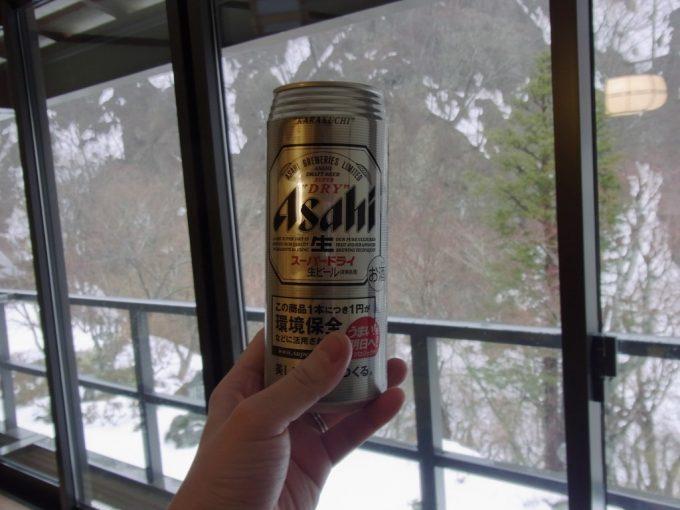 秘湯甲子温泉大黒屋雪景色をつまみに湯上がりのビール