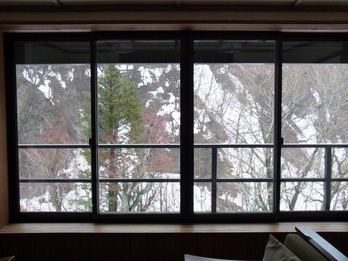 秘湯甲子温泉大黒屋大きな窓に広がる雪景色