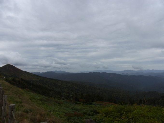 八幡平山頂レストハウスより秋田県側を望む