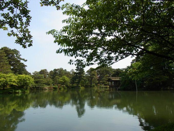初夏の金沢兼六園霞ヶ池に浮く内橋亭