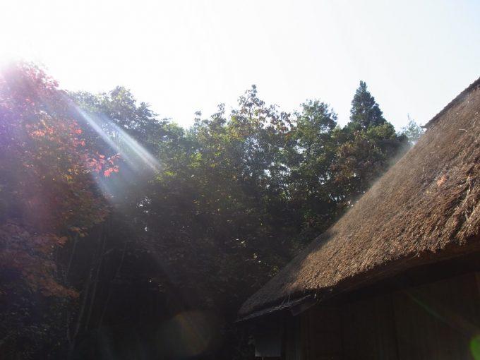 北上みちのく民俗村湯気立ちのぼる茅葺屋根