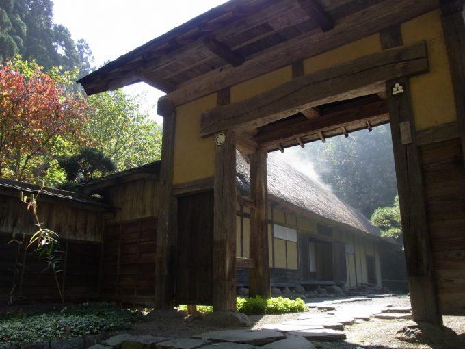 北上みちのく民俗村茅葺屋根と立派な門