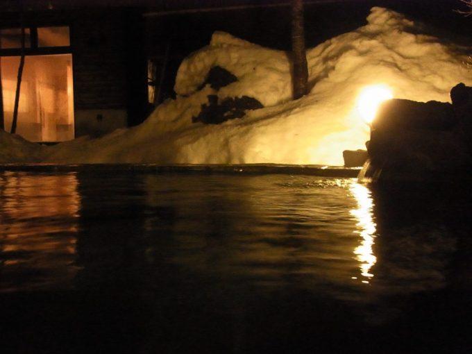 秘湯甲子温泉大黒屋夜の露天で雪見風呂