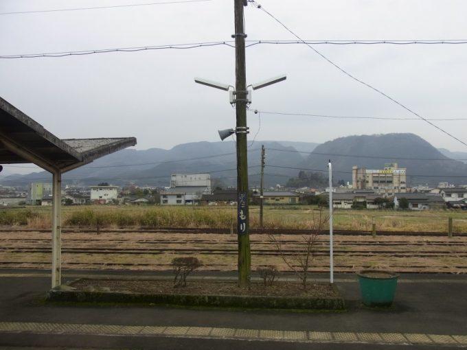 木の電柱とホーロー看板古きよき停車場の豊後森駅