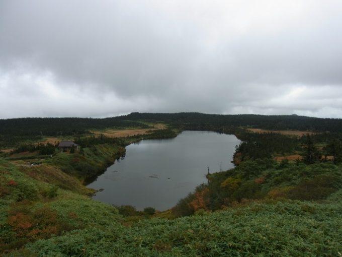 秋の八幡平空に浮かぶ八幡沼