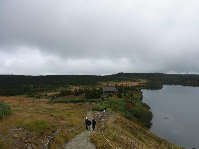 秋の八幡平八幡沼へと下る坂道