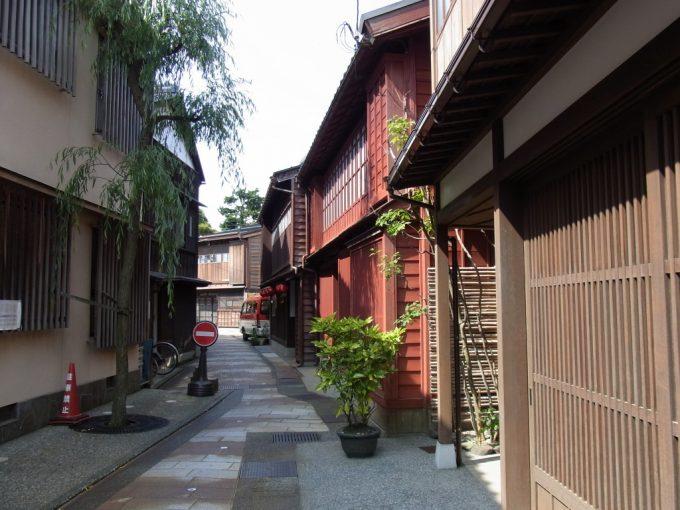 金沢ひがし茶屋街路地で目を引く紅殻色の建物